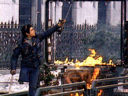 El Cojo Manteca, rompiendo el letrero de una boca de Metro en una manifestación de estudiantes contra la LOGSE, en enero de 1987.