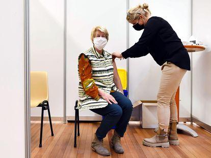 Una mujer se vacuna con AstraZeneca en Ede, Países Bajos.