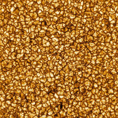 Imagen de un área del Sol de 1,3 millones de kilómetros cuadrados.