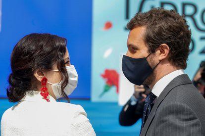 El líder del PP, Pablo Casado, conversa con la presidenta madrileña en funciones, Isabel Díaz Ayuso, en el acto del día de San Isidro, este sábado.