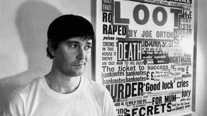 Joe Orton, junto al cartel de su obra 'Loot' (1967), en catalán traducida como 'Botí'.
