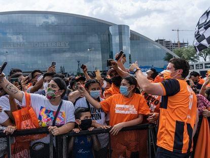 Samuel García se toma fotografías con los asistentes a su cierre de campaña en Monterrey.