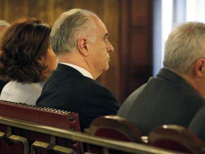 Rafael Blasco, en medio del banquillo de acusados.