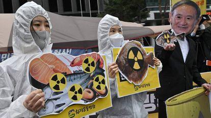 Activistas medioambientales participan en una protesta contra la decisión de Japón de liberar las aguas residuales de Fukushima, cerca de la embajada japonesa en Seúl (Corea del Sur).