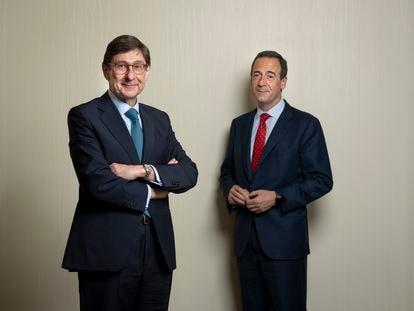 Jose Ignacio Goirigolzarri (izquierda) y Gonzalo Gortázar, presidente y consejero delegado de CaixaBank, el viernes en Madrid.