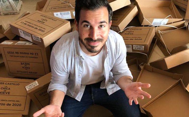 Javier Castillo en casa de sus suegros, horas antes de la presentación 'online' de 'La chica de nieve', rodeado de las cajas de los ejemplares de sus libros que se pasó la tarde firmando.