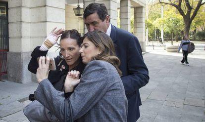 La juez María Núñez, a la izquierda junto a dos compañeros, en 2018.