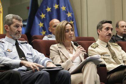 La ministra Carme Chacón, en una reunión con los mandos del Estado Mayor de la Defensa.