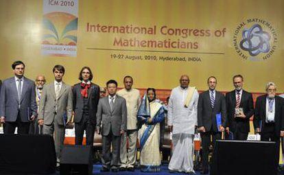 Los cuatro galardonados con la medalla Fields, a la izquierda, junto a dignatarios indios y los restantes premiados, en la inauguracioón del Congreso Internacional de Matemáticos en Hyderabad.