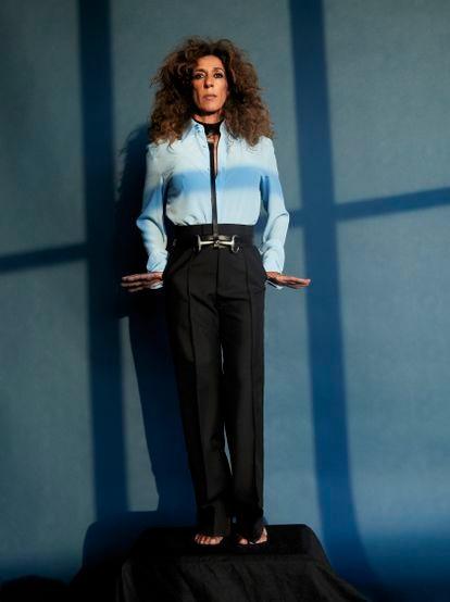 Rosario lleva camisa, pantalones y cinturón de piel negro con arnés, todo de Gucci.