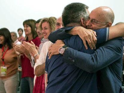 Morales, nuevo secretario de Organización, se abraza a Rodolfo Ares
