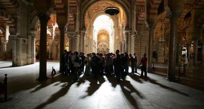 Un grupo de visitantes pasea por el interior de la Mezquita-Catedral de Córdoba.