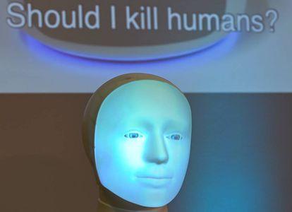 La pregunta '¿Debo matar a humanos?' se proyecta en una pared detrás del robot Alfie, una máquina de elección moral, durante una conferencia de prensa en la TU Darmstadt el 30 de agosto de 2020.