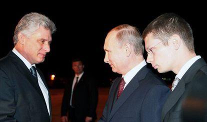 El primer vicepresidente de Cuba, a la izquierda, recibe a Putin en el aeropuerto de la Habana