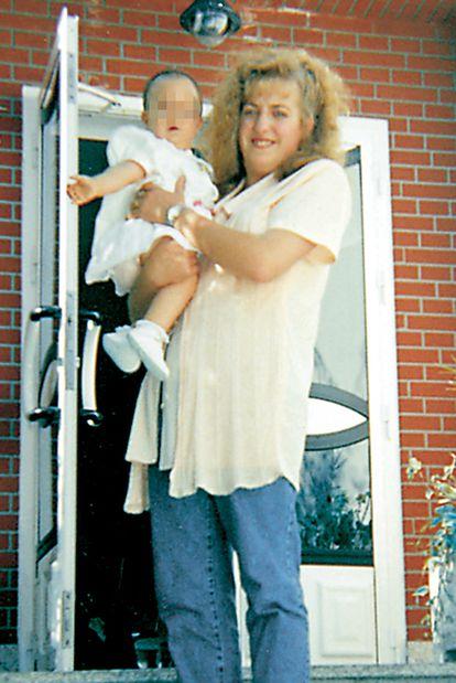 Isabel Marcos se fotografía feliz con el bebé robado a su amiga muerta.