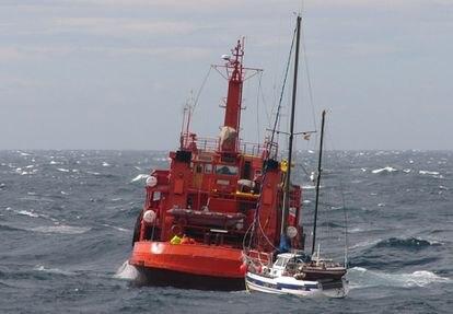 Una embarcación de Salvamento Marítimo remolca un velero. Foto: Salvamento Marítimo.