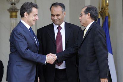 El presidente francés, Nicolas Sarkozy, estrecha la mano a los emisarios del Consejo Nacional Libio, Mahmoud Jebril, a la derecha, y Ali Essawi, en el centro, tras una reunión en el Elíseo, en París.