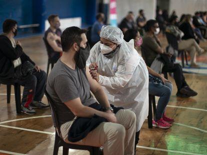 Un hombre recibe la vacuna contra la covid-19 de Sinopharm en Buenos Aires, Argentina, el 9 de julio.