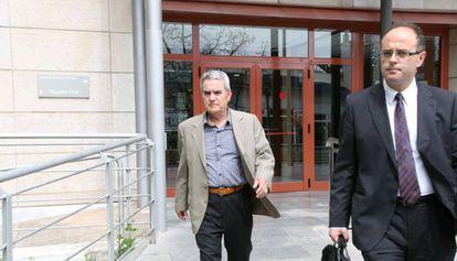 Luis Márquez, gerente de Traiber (izda) a la salida del juzgado de Reus en 2015.