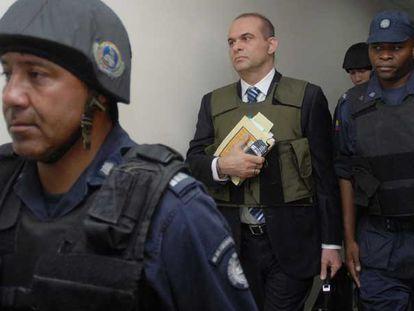El exjefe paramilitar Salvatore Mancuso entra el martes pasado a la Fiscalía de Medellín escoltado por la policía.
