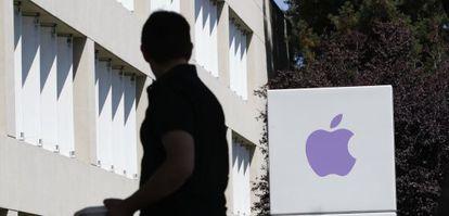 Un empleado, entre los edificios que componen la sede de Apple en California.