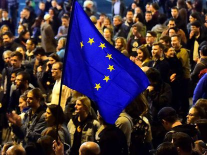 Manifestación en Budapest en abril pasado ante el partido gubernamental FIDESZ por la amenaza de cierre de la Universidad Central Europea.