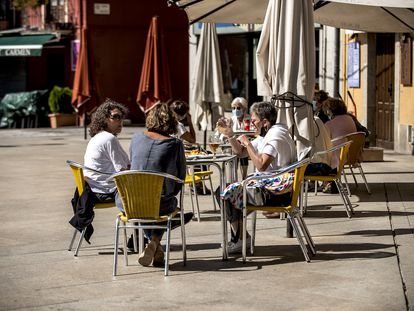 Vecinos de Puigcerdà en la terraza de una bar, este miércoles