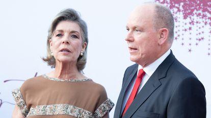 Los príncipes Carolina y Alberto de Mónaco, en el concierto de la Cruz Roja celebrado el 16 de julio en Montecarlo.