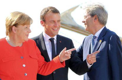 Angela Merkel, Emmanuel Macron y Paolo Gentiloni, tras la cumbre trilateral en Trieste.
