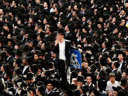 Judíos ultraortodoxos, el martes en el funeral por el rabino Shteinman, en  Bnei Brak.