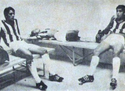 Dos futbolistas hondureños, desolados en el vestuario.