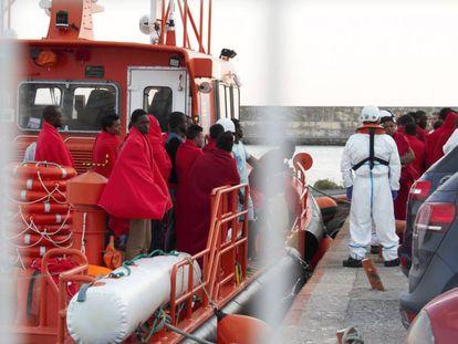 Llegada al puerto de Motril de 56 inmigrantes este miércoles.