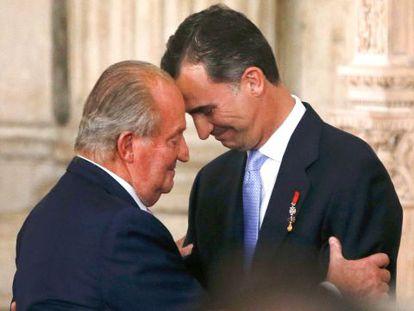 Juan Carlos I y su hijo Felipe, en la ceremonia de abdicación en junio de 2014.