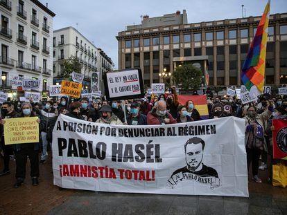 Concentración para protestar por la decisión de la Audiencia Nacional de encarcelar al rapero Pablo Rivadulla Duró, más conocido como Pablo Hásel, este sábado en Madrid.