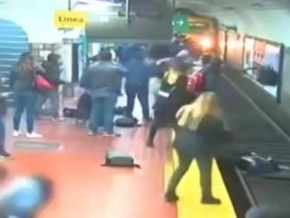 En vídeo, la grabación de las cámaras de vigilancia del metro.