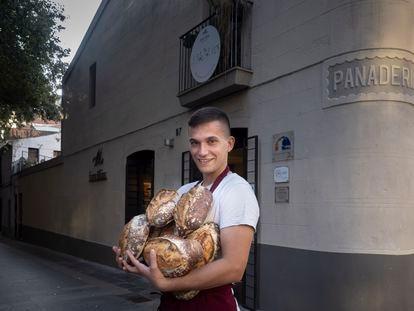 Enric Badia Elias, delante de la panadería de su familia en Barcelona.