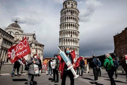 Un grupo de personas piden en Pisa (Italia) que se acelere la vacunación.