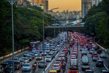 Vehículos en una de las circunvalaciones de São Paulo