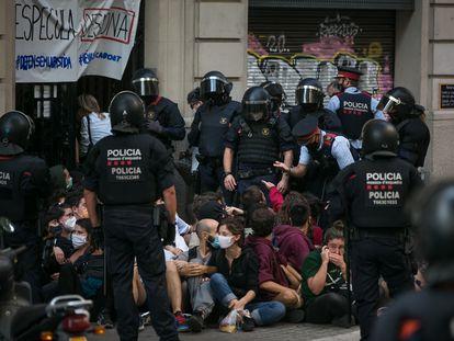 Desahucio en la calle Corsega 178, decenas de activistas lo intentan parar sentándose delante del portal el 22 de setiembre de 2020
