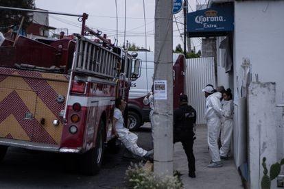 Personal forense trabaja en las afueras de la casa de Andrés N., en Atizapán.