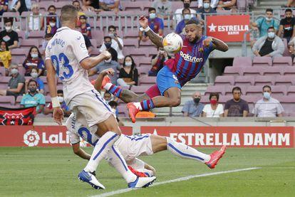 Depay , en el duelo del Barcelona frente al Getafe en el Camp Nou.