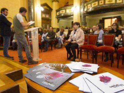Lectura de poemas de Carlos Casares en la Sala de pleno del Ayuntamiento coruñés.