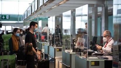 Pasajeros en la zona de salidas de la Terminal 1 del aeropuerto de Barcelona, el 23 de diciembre de 2020.