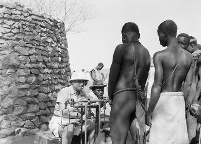 El funcionario del protectorado francés en Camerún Monsieur Duc, afincado en Mokolo, al Norte del país, durante la elaboración del censo local.