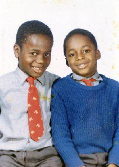 Justin Fashanu y su hermano, el también futbolista John Fashanu, un año menor. Los dos fueron dados a un orfanato por sus padres. Y les adoptó una familia inglesa blanca de clase media.