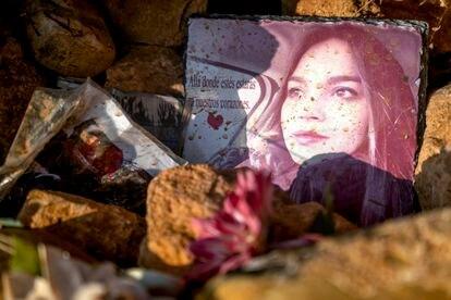 Una foto y flores recuerdan a Miriam Vallejo en el lugar entre Madrid y Castilla-La Mancha en el que fue asesinada.