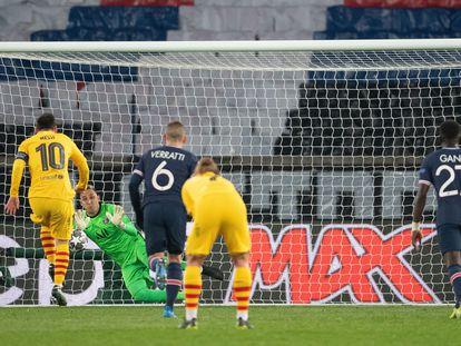 Messi dispara ante Navas, en el penalti que despejó el guardameta del PSG y después se fue al larguero.