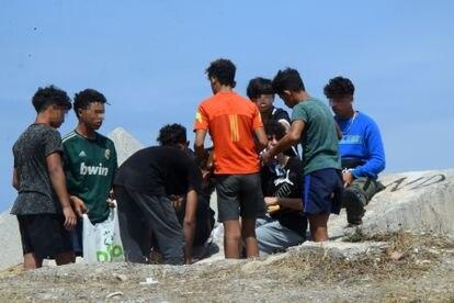 Jóvenes que entraron a Ceuta desde Marruecos los días 17 y 18 de mayo en la zona portuaria de la ciudad autónoma en agosto del año pasado.