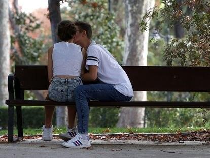 Una pareja de jóvenes el el parque del Retiro, en Madrid.