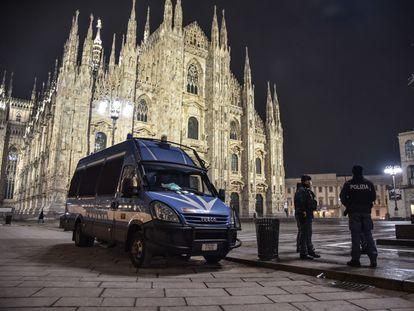 La policía patrulla por la plaza del Duomo (Milán), desierta por el toque de queda durante la pasada Nochevieja.